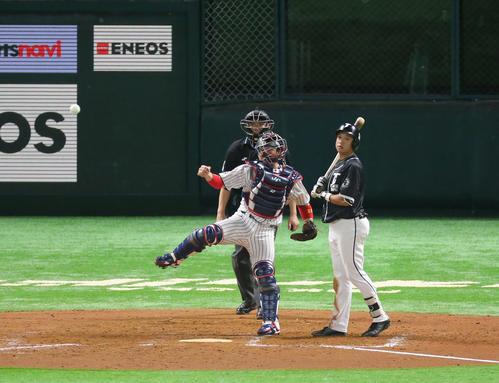 日本代表対台湾代表 9回表台湾代表2死一塁、打者・郭永維のとき一塁走者の王威晨は二盗を試みるが甲斐拓哉捕手の送球でアウトとなる(撮影・梅根麻紀))