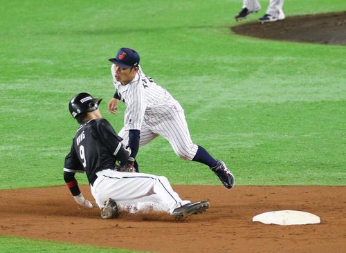 日本対台湾 9回表台湾2死一塁、打者・郭永維のとき、一塁走者の王威晨は二盗を試みるが甲斐の送球でアウトとなる(撮影・梅根麻紀))