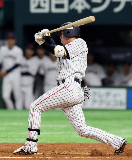 9回裏日本無死二塁、中前適時打を放つ山田(撮影・栗木一考)
