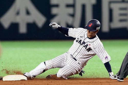 日本対台湾 9回裏日本無死、田中広輔は左越えに二塁打を放つ(撮影・栗木一考)