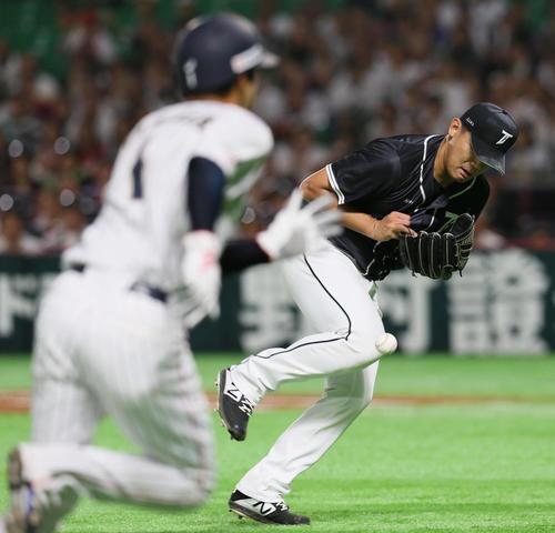 日本対台湾 9回裏日本2死満塁、陳韻文は上林誠知の打球をファンブルする(撮影・栗木一考)