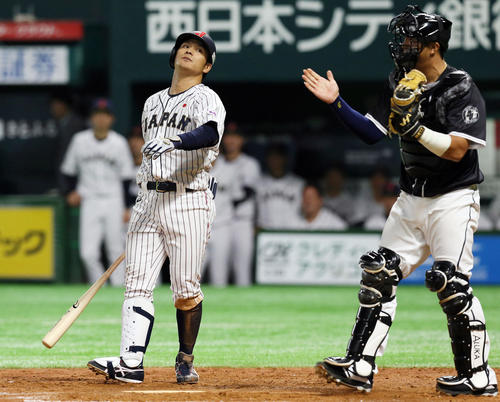 9回裏日本2死一、三塁、田中広輔は空振り三振に倒れる(撮影・栗木一考)