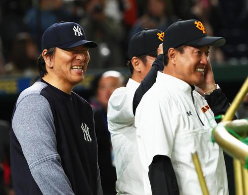 試合前、談笑するMLBのコーチを務める松井氏(左)と巨人原監督(撮影・足立雅史)