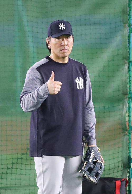巨人対MLB 試合前の練習で、外野手にサムアップする松井コーチ(撮影・林敏行)