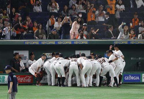 巨人対MLB 試合前に円陣を組む巨人の選手たち(撮影・林敏行)