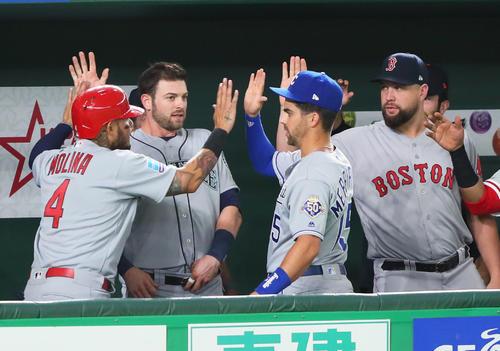 巨人対MLB 1回表MLB2死二、三塁、相手失策で2点を奪い盛り上がるMLBベンチ(撮影・足立雅史)
