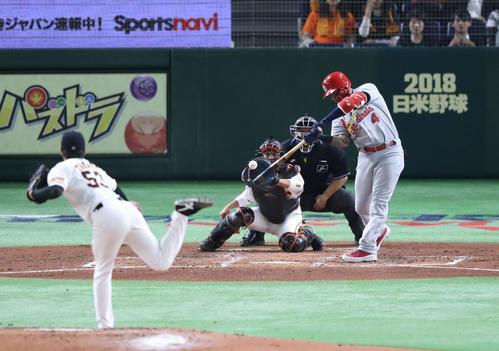 巨人対MLB 3回表MLB無死二塁、モリーナは右越え適時二塁打を放つ(撮影・林敏行)