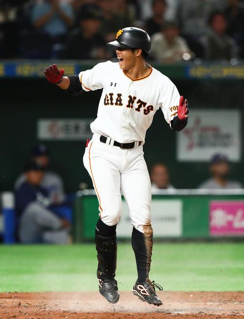 3点ランニング本塁打を放った松原は生還しジャンプして喜ぶ(撮影・足立雅史)