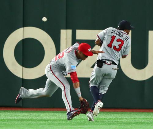 松原聖弥の左翼への打球を逸らす左翼手ソト(左)と中堅手アクーニャJr。記録は3点ランニング本塁打となる(撮影・足立雅史)