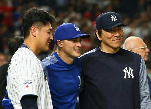 試合前、記念撮影をする、左から岡本、MLBのヘルナンデス、松井コーチ(撮影・足立雅史)