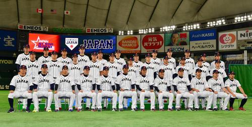 日本対MLB 練習開始を前に集合写真を撮る日本の選手たち(撮影・清水貴仁)