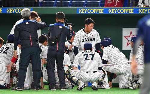 日本対MLB 試合前の円陣で声を出し気合を入れる岡本(中央)(撮影・清水貴仁)