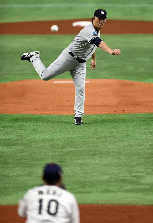 日本対MLB 試合前に始球式を務めたMLB松井コーチ。捕手森(撮影・狩俣裕三)