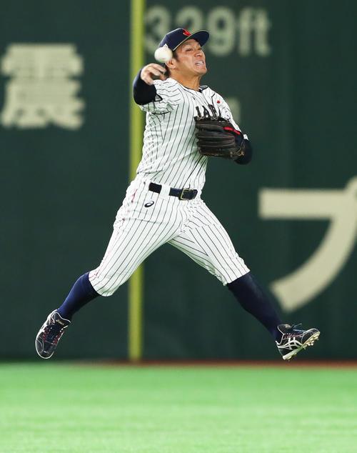 日本対MLB 2回表MLB1死一塁、スアレスの打球に好守備を見せる遊撃手の田中広(撮影・足立雅史)