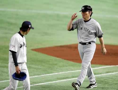 日本対MLB 2回表を抑えた岸(左)に声をかける松井コーチ(撮影・狩俣裕三)
