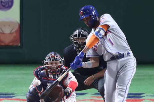 日本対MLB 3回表MLB無死、ロサリオは先制の左越え本塁打を放つ(撮影・林敏行)