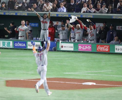 日本対MLB 3回表MLB無死、先制の左越え本塁打を放ったロサリオをベンチから祝福する選手たち(撮影・林敏行)