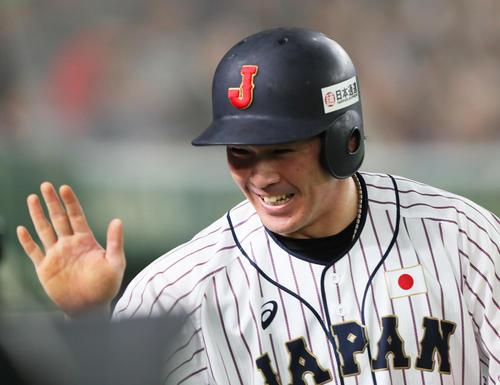 日本対MLB 3回裏日本1死二、三塁、菊池涼介の遊ゴロの間に生還し、笑顔を見せる甲斐(撮影・足立雅史)