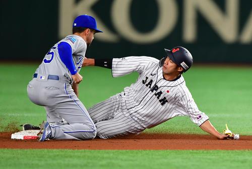 日本対MLB 4回裏日本1死一塁、四球で出塁後に捕手モリーナの送球も二盗を成功させる柳田(撮影・清水貴仁)
