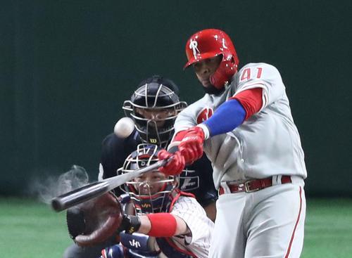日本対MLB 5回表MLB1死一、二塁、サンタナは左越え3点本塁打を放つ(撮影・林敏行)