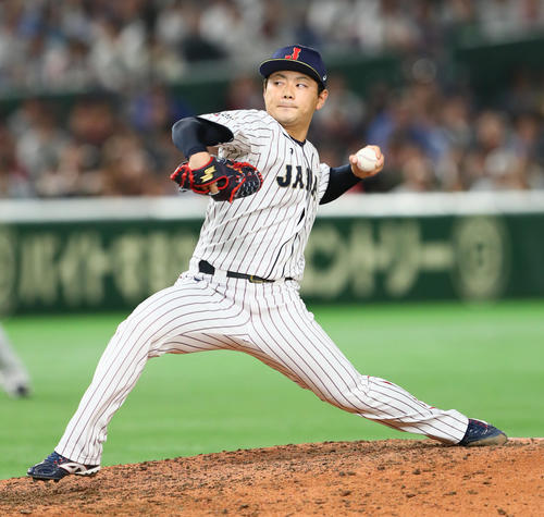 日本対MLB 日本2番手で力投する成田(撮影・足立雅史)
