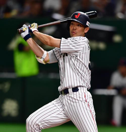 日本対MLB 5回裏日本1死満塁、左へ走者一掃の同点適時二塁打を放つ秋山翔吾(撮影・清水貴仁)