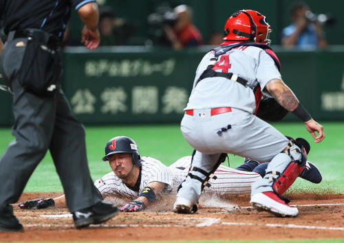日本対MLB 5回裏日本1死満塁、秋山の左越え適時二塁打にヘッドスライディングで生還する一塁走者菊池(撮影・足立雅史)