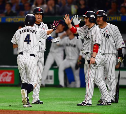 日本対MLB 5回裏日本1死満塁、秋山翔吾の走者一掃の同点適時二塁打で生還したタッチを交わす選手たち、左から菊池、山田、甲斐、山川(撮影・清水貴仁)