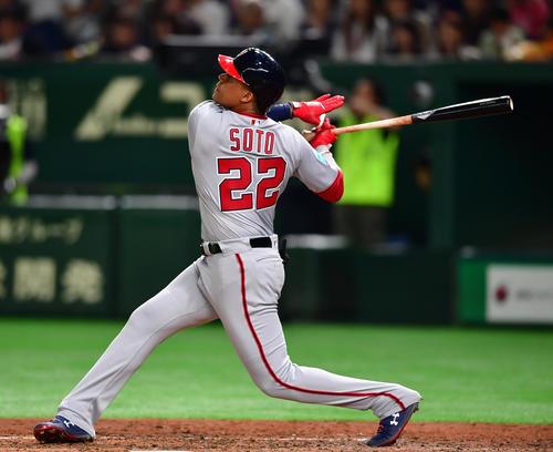 日本対MLB 6回表MLB無死一塁、左越え2点本塁打を放つソト(撮影・清水貴仁)