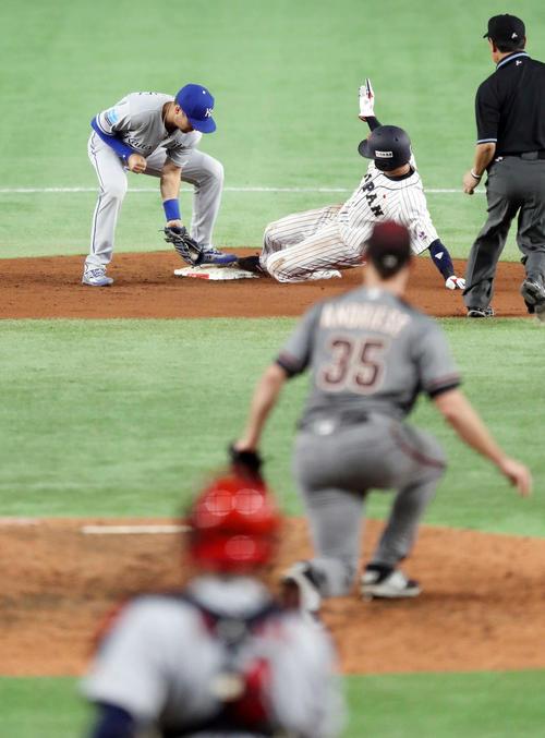 日本対MLB 6回裏日本2死一、三塁、二盗を決める山田(後方中央)(撮影・狩俣裕三)