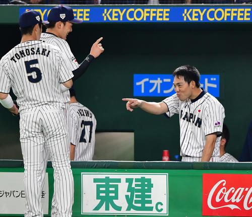 日本対MLB 5回に同点打を放ちベンチでおどける秋山(右)(撮影・清水貴仁)