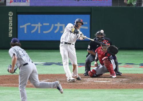 日本対MLB 9回裏日本2死一塁、柳田はサヨナラの中越え2点本塁打を放つ(撮影・林敏行)