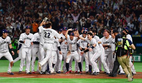 日本対MLB 9回裏日本2死一塁、中越え逆転サヨナラ2点本塁打を放った柳田を選手が出迎える(撮影・清水貴仁)