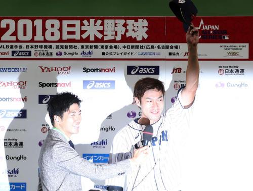 日本対MLB サヨナラ本塁打を放った柳田はヒーローインタビューでファンの声援に応える(撮影・狩俣裕三)