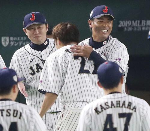 日本対MLB 9回裏日本2死一塁、サヨナラの中越え2点本塁打を放った柳田(中央)を出迎える稲葉監督(右)(撮影・林敏行)
