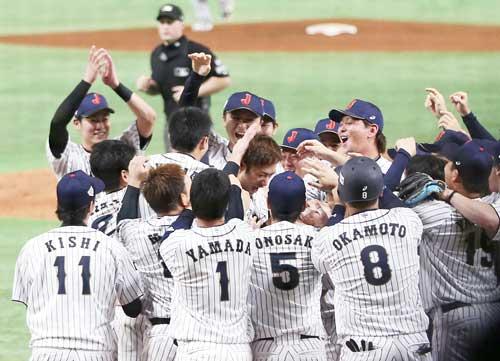 日本対MLB 9回裏日本2死一塁、サヨナラ本塁打を放ち、チームメートから手荒い祝福を受ける柳田(中央)(撮影・狩俣裕三)