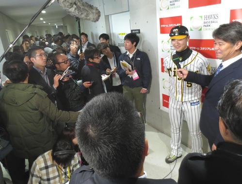 トライアウトを終え報道陣からインタビューを受ける西岡剛(撮影・梅根麻紀)