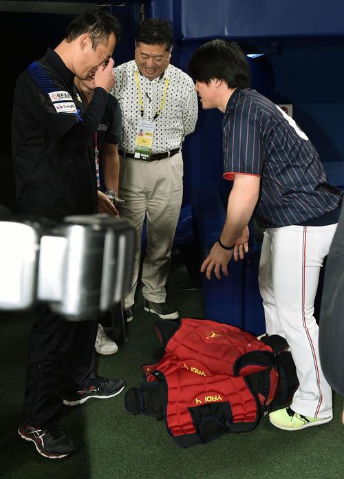 MLB対日本 モリーナから用具をプレゼントされた甲斐(右)(撮影・滝沢徹郎)