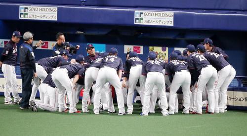 MLB対日本 試合前にベンチで円陣を組む日本ナイン(撮影・加藤哉)