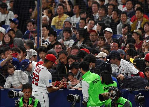 MLB対日本 ファンにプレゼントするソト(撮影・滝沢徹郎)