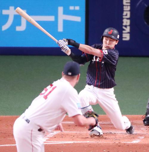 MLB対日本 2回表日本無死満塁、源田は右線適時三塁打を放つ(撮影・加藤哉)