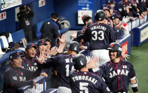 MLB対日本 2回表日本無死満塁、源田の3点適時三塁打で生還した森(手前)らを迎える稲葉監督(左から2人目)ら日本ベンチ(撮影・狩俣裕三)