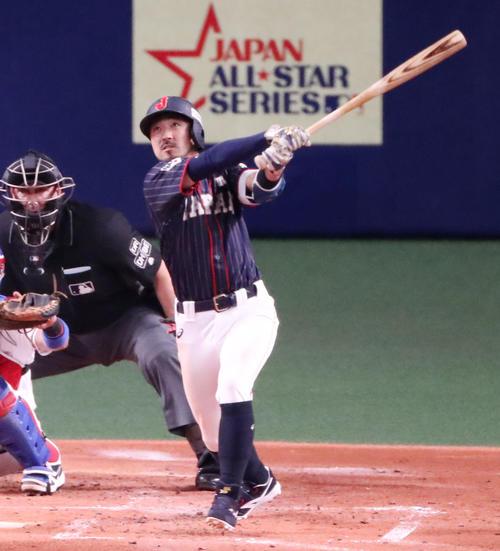 MLB対日本 2回表日本1死三塁、菊池は中飛を放ち犠飛となる(撮影・加藤哉)