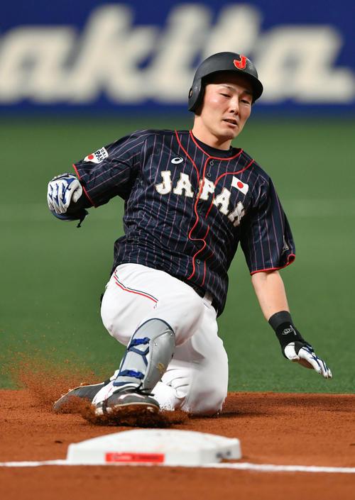 MLB対日本 2回表日本無死満塁、走者一掃となる右適時三塁打った源田は三塁にスライディングする(撮影・滝沢徹郎)