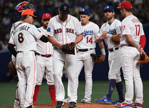 MLB対日本 2回表日本無死三塁、日本に3点を先制され交代、、がっくりとベンチに戻るブライアン・ジョンソン(中央)(撮影・前岡正明)