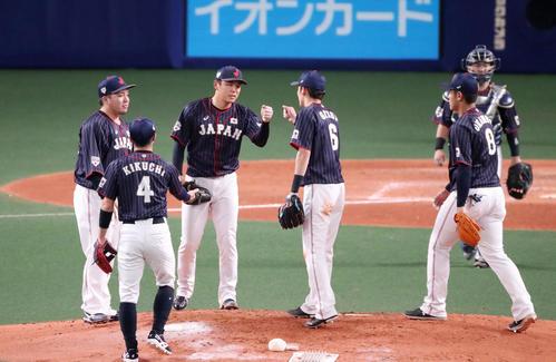 MLB対日本 5回裏MLB1死一、二塁、日本先発笠原(左から3人目)は無死点ピッチングで源田とグータッチし降板する(撮影・加藤哉)