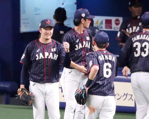 MLB対日本 7回裏の登板を終え笑顔でナインを迎える岩貞(撮影・加藤哉)