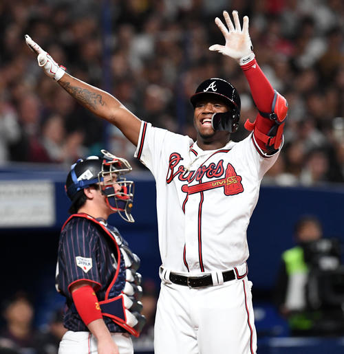 8回裏MLB無死、アクーニャJr.は中越え本塁打を放ち生還(撮影・前岡正明)