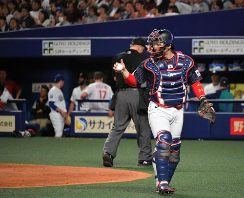 MLB対日本 8回裏MLB2死満塁、テーラーを空振り三振に仕留めた佐藤に向かってサムアップする甲斐(撮影・滝沢徹郎)