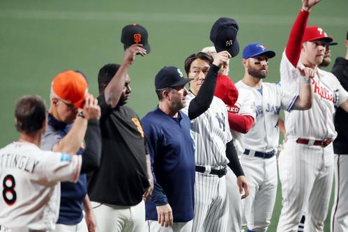 MLB対日本 試合後、ファンの声援に応える松井コーチ(中央)とMLBの選手たち(撮影・狩俣裕三)